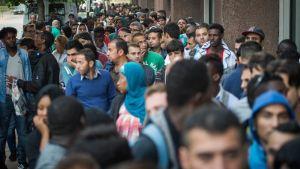 Turvapaikanhakijoita odottamassa ulkomaalaistoimiston avautumista Brysselissä maanantaina 21. syyskuuta.