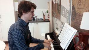 Topi Linjama soittaa pianoa
