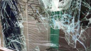 Rikottu ikkuna Multisillan koululla