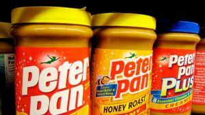Kolme purkkia Peter Pan -maapähkinävoita kaupan hyllyssä