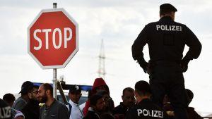 Itävaltalaiset poliisit valvovat Unkarin ja Itävallan välistä rajaa Nickelsdorfissa.
