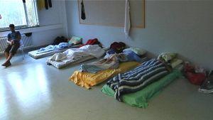 Oulun Hiukkavaaraan perustettu SPR:n ylläpitämä turvapaikanhakijoiden hätämajoitusyksikkö toimii entisissä kasarmin tiloissa. 21.9.2015