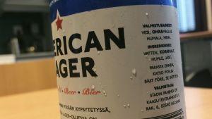 Stadin Panimon oluttölkki lähikuvassa.