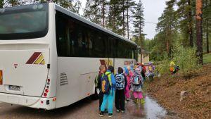 Oppilaat jonottavat bussin kyytiin