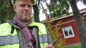 Kenttäargeologi Sami Raninen esittelee vanhaa saranaa.