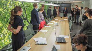 Ympäristöministeri Kimmo Tiilikainen vastaanotti järjestöjen ilmastojulistuksen.