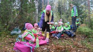 Lapsia metsäretkellä.