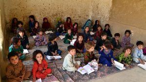 Afganistanilaisia koululaisia luokassa