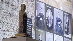 Carl Oscar Malmista kertovan näyttelyn esineistöä esillä vitriinissä.