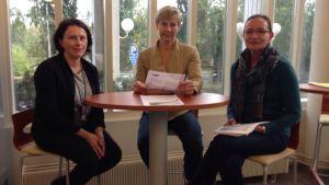 Kolme naista istuu Tampereen ammattikoulutuskeskuksen tiloissa.
