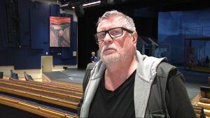 Teatterinjohtaja Kari Väänänen ohjaa uudistetun Lappia talon näyttämöllä ensi-iltansa saavan Esikoinen -näytelmän.