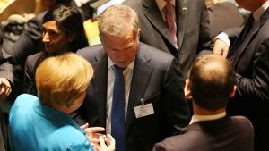 Presidentti Sauli Niinistö (kesk.) puhui Saksan liittokansleri Angela Merkelin kanssa New Yorkissa 25. syyskuuta 2015.