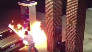 Mies aiheutti tulipalon huoltoasemalla yritettyään tappaa hämähäkin sytyttimellä Detroitin lähellä Yhdysvalloissa. Kuvakaappaus YouTubesta.
