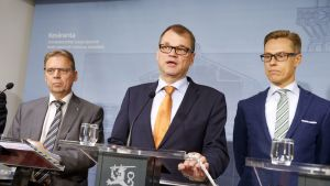 SAK:n puheenjohtaja Lauri Lyly, pääministeri Juha Sipilä ja valtiovarainministeri Alexander Stubb tiedotustilaisuudessa Kesärannassa, Helsingissä maanantaina 28. syyskuuta 2015.