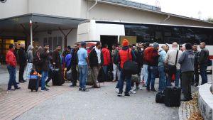 Irakilaisia turvapaikanhakijoita Leväsen palvelukeskuksen edessä.