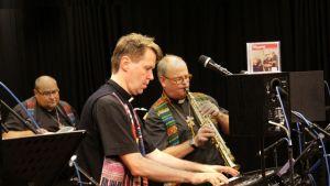 Viis papeista on viiden kirkonmiehen räväkkä bändi. Vasemmalta Jukka Järvensivu, basso, Petri Laitinen laulu ja piano ja Riku Laukkanen, saksofoni.