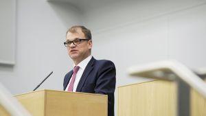 Pääministeri  Juha Sipilä puhumassa valtion vuoden 2016 talousarvioesityksen lähetekeskustelussa eduskunnassa 29. syyskuuta 2015.