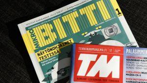 Mikrobitti- ja Tekniikan maailma -lehdet sohvalla.