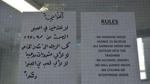 Hätämajoituksen säännöt ovessa.