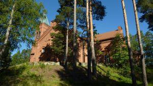 Lopen kirkkorakennus kukkulan päällä