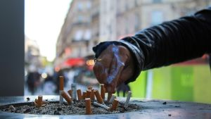 Tuhkakuppi kadulla Pariisissa.