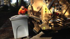 Huurinaisen jäteauto roskantyhjennyksessä.