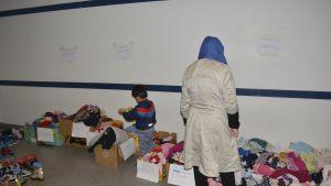 Turvapaikanhakijat valitsevat vaatteita Lahden hätämajoituksessa.