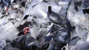 Muovijätettä Ekokemin muovinkierrätystehtaan takapihalla.