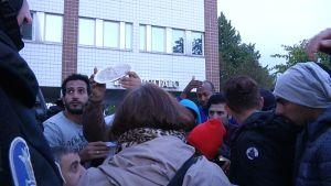Mielenosoittajia Oulun poliisitalon edessä.