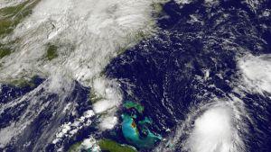 NASAn välittämässä satelliittikuvassa saarten oikealla puolella näkyy hurrikaani Joaquin. Kuva on otettu 29. syyskuuta.