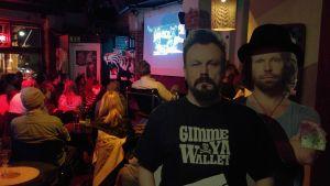 Pahviset Riku Rantala ja Tunna Milonoff seisovat Bar Kukassa Turun docventures-illassa.