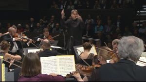 Esa-Pekka Salonen johtaa RSO:n konserttia.