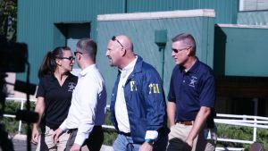 Osavaltion poliisi ja FBI:n agentteja Umpqua Community Collegen edustalla ampumistapauksen jälkeen 1. lokakuuta.
