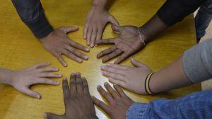 mahanmuuttajaluokan oppilaiden kädet