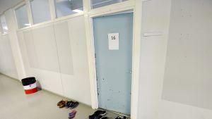 Turvapaikanhakijoiden kenkiä vastaanottokeskuksen majoitushuoneen ulkopuolella. Kuva on otettu Hennalan entiseen varuskuntaan perustetussa vastaanottokeskuksessa 25. syyskuuta.