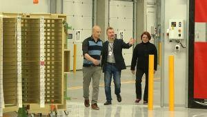 Luottamusmies, postinjakaja Hannele Mutanen ja aluepäällikkö Eikka Urpilainen esittelevät terminaalia toimittajalle.