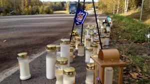 Kynttilöitä tienvarressa