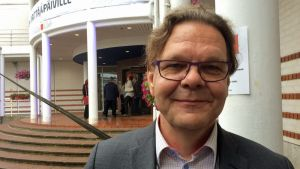 Kainuun Yrittäjien puheenjohtaja Timo Leppänen Vuokatin Katinkullan portailla.