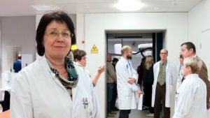 Ihmisiä Kuopion yliopistollisen sairaalan sädesairaalassa.