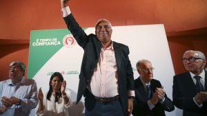 António Costa vilkuttaa kannattajilleen. Taustalla kyltti julistaa luottamuksen aikaa.