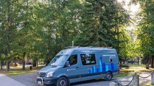 Ilmanlaatua mittaava Aerofysiikan mobiililaboratoriona toimiva pakettiauto Tampereella Aleksanterin puistossa.