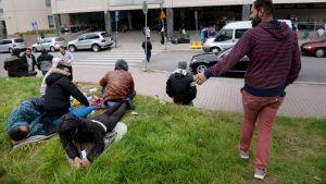 Turvapaikanhakijoita Pasilan poliisitalon edustalla Helsingissä maanantaina 14. syyskuuta.