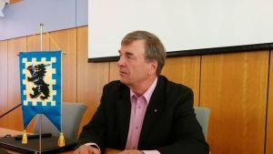 Kansanedustaja Timo Kalli (kesk.) Euran valtuuston puheenjohtajan tehtävässä 5.10.2015