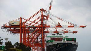 Rahtilaiva Tokion satamassa.