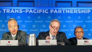 Japanin kauppaministeri Akira Amari, USA:n kauppaneuvotteluiden edustaja Michael Froman sekä Malesian kauppaministeri Mustapa Mohamed TPP:n tiedotustilaisuudessa, Atlantassa maanantaina.