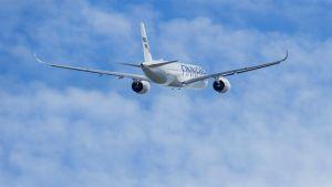 Finnair lentokone nousemassa ilmaan.