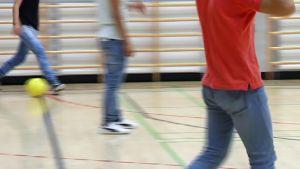 Pojat pelaamassa futista