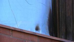 Palojälkiä ja halkeamia ikkunassa