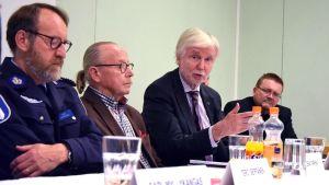 Poliisi, SPR:n edustaja, kansanedustaja ja kaupungin edustaja maahanmuuttoon liittyvässä keskustelussa