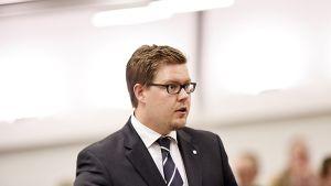 Sdp:n eduskuntaryhmän puheenjohtaja Antti Lindtman kysyy eduskunnan suullisella kyselytunnilla Helsingissä 24. syyskuuta.